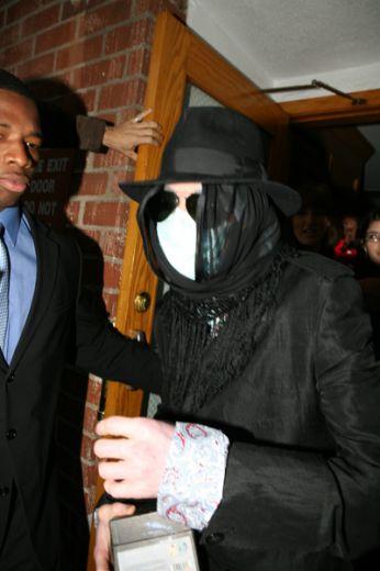 Foto di Michael Jackson con la mascherina - Pagina 5 Esterne051604070501160536_big