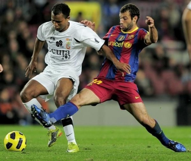 Javier Mascherano : El Jefecito  Argentino-barcelona-centrocampista-javier-mascherano-r-compite-balon-delantero-silva-ceuta-gilson-l-copa-rey-espanola-copa-rey-partido-futbol-barcelona-contra-ceuta-10-noviembre-2010-estadio-c-rf_292982