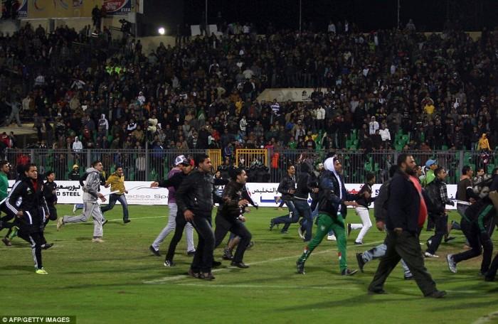 Egypt: Cel putin 74 de morti la un meci de fotbal din Egipt! Article-2095316-118D8D6F000005DC-316_964x628-700x456