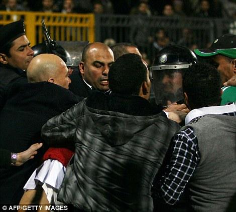 Egypt: Cel putin 74 de morti la un meci de fotbal din Egipt! Article-2095316-118D9239000005DC-674_470x423
