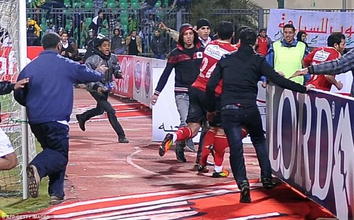 Egypt: Cel putin 74 de morti la un meci de fotbal din Egipt! Article-2095316-118DA5C4000005DC-863_964x598-700x434