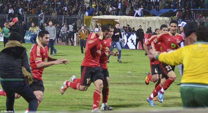 Egypt: Cel putin 74 de morti la un meci de fotbal din Egipt! Article-2095316-118DBCF5000005DC-854_964x527-700x382