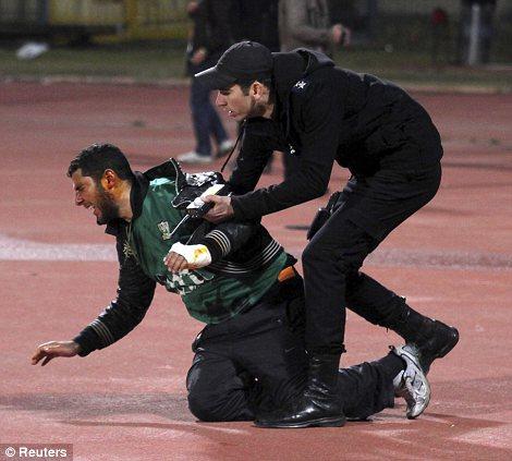 Egypt: Cel putin 74 de morti la un meci de fotbal din Egipt! Article-2095316-118DC576000005DC-950_470x423