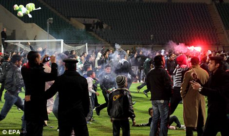 Egypt: Cel putin 74 de morti la un meci de fotbal din Egipt! Article-2095316-118DC6A6000005DC-574_470x279