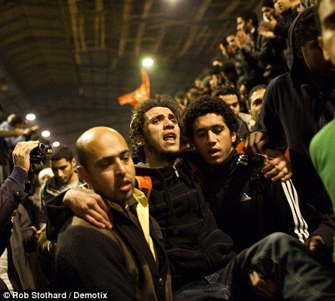 Egypt: Cel putin 74 de morti la un meci de fotbal din Egipt! Article-2095316-118EC681000005DC-69_470x423