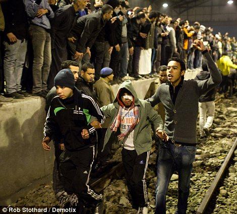 Egypt: Cel putin 74 de morti la un meci de fotbal din Egipt! Article-2095316-118EC7E9000005DC-222_470x423