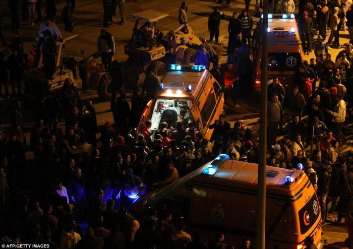 Egypt: Cel putin 74 de morti la un meci de fotbal din Egipt! Article-2095316-118EFDC9000005DC-95_964x681-700x494