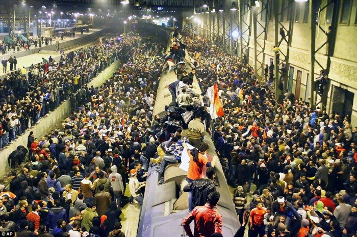 Egypt: Cel putin 74 de morti la un meci de fotbal din Egipt! Article-2095316-118F5E7A000005DC-605_964x643-700x466