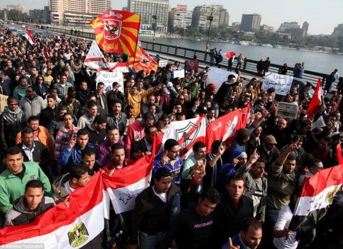 Egypt: Cel putin 74 de morti la un meci de fotbal din Egipt! Article-2095316-1190B5FE000005DC-922_964x701-700x509