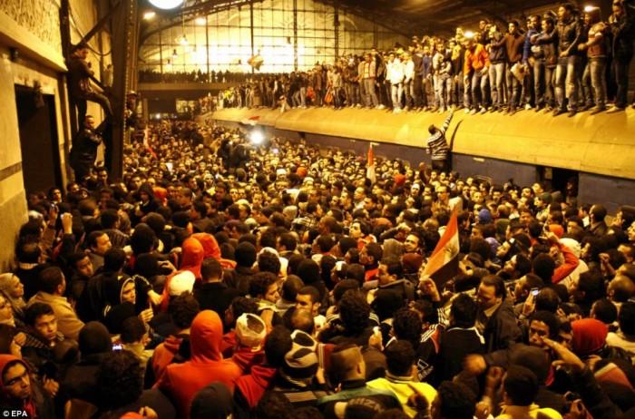 Egypt: Cel putin 74 de morti la un meci de fotbal din Egipt! Article-2095316-11911062000005DC-2_968x640-700x462