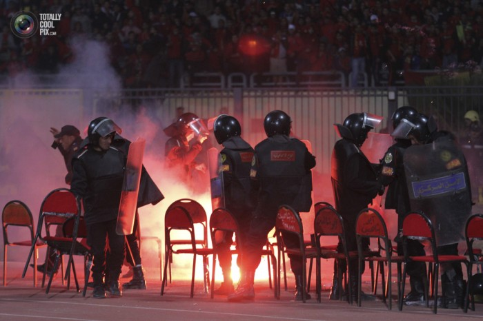 Egypt: Cel putin 74 de morti la un meci de fotbal din Egipt! Footballriots_003-700x466