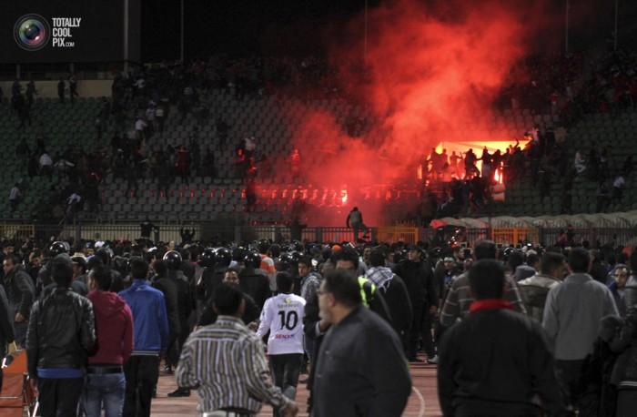 Egypt: Cel putin 74 de morti la un meci de fotbal din Egipt! Footballriots_005-700x458