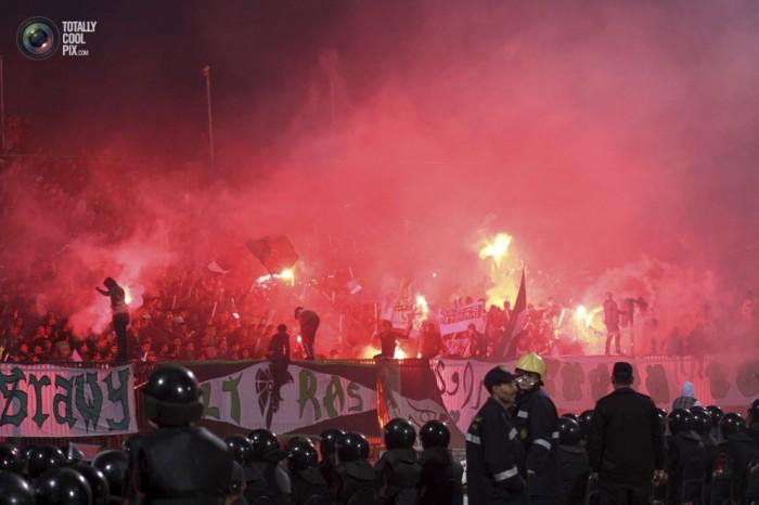 Egypt: Cel putin 74 de morti la un meci de fotbal din Egipt! Footballriots_006-700x466