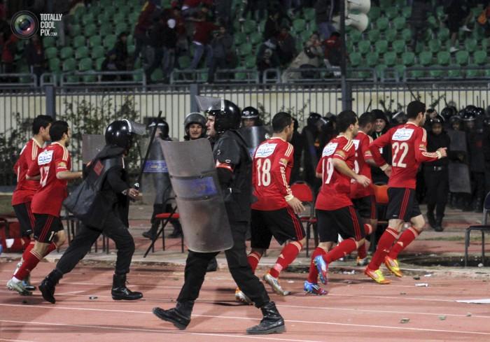 Egypt: Cel putin 74 de morti la un meci de fotbal din Egipt! Footballriots_011-700x489