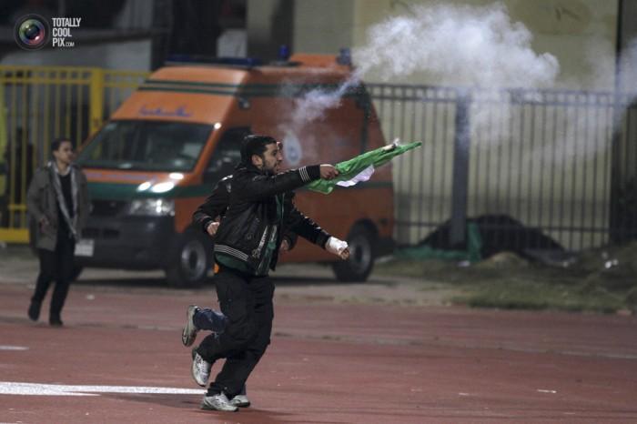 Egypt: Cel putin 74 de morti la un meci de fotbal din Egipt! Footballriots_013-700x466