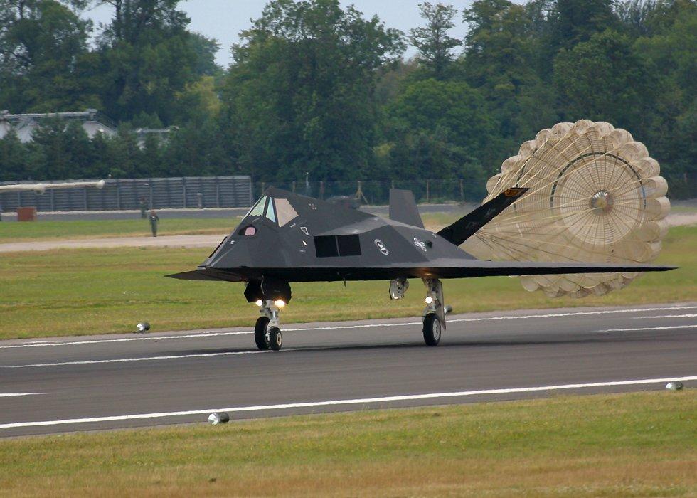 الطائر الامريكية الغير مرئيةطائرة التسلل الأمريكية الغير مرئية F117LandingWithParachute11oClock