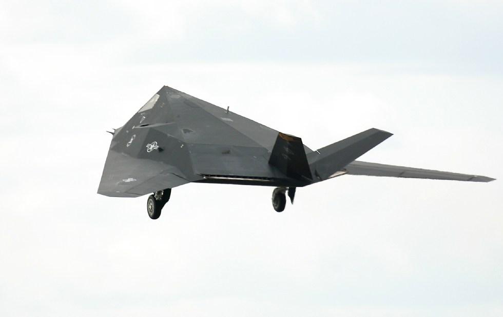 الطائر الامريكية الغير مرئيةطائرة التسلل الأمريكية الغير مرئية F117LiftingWheels