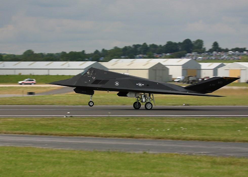 الطائر الامريكية الغير مرئيةطائرة التسلل الأمريكية الغير مرئية F117TakingOff10oClock