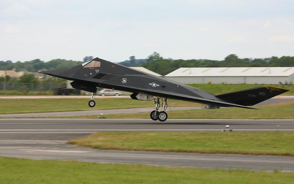 الطائر الامريكية الغير مرئيةطائرة التسلل الأمريكية الغير مرئية F117TakingOff9oClock