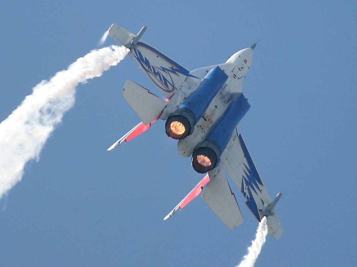 Mikoyan MiG-35 Fulcrum-F2  (Caza polivalente de 4,5ª generación rusia ) Mig29OvtInvertedWithAfterburner