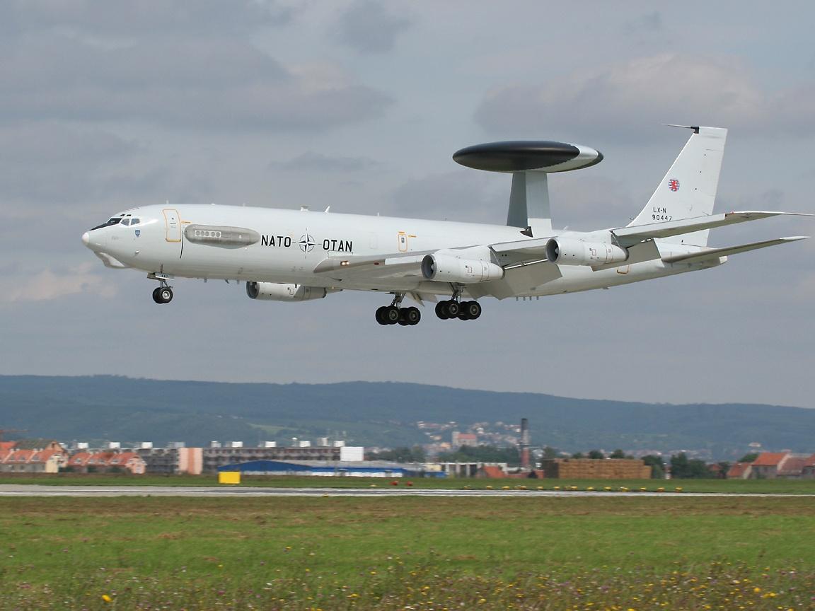 Airbus A400M Atlas  ( avión de transporte militar de largo alcance y avión cisterna propulsado por cuatro motores turbohélice consorcio ) E3aLanding