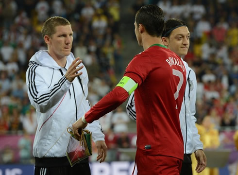 Vācija Vs Portugāle (Cīņa par Bronzu) Cristiano-ronaldo-516-greeting-and-saluting-mesut-ozil-and-bastian-schweinsteiger-in-portugal-vs-germany-for-the-euro-2012