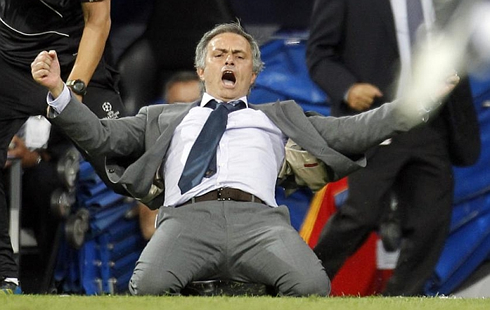 المو أكدَ بالآمس أن كرفاليهو سيغادر نهاية الموسم   Cristiano-ronaldo-558-jose-mourinho-sliding-knee-goal-celebration-showing-all-his-joy-and-rage-after-ronaldo-late-winning-goal-in-real-madrid-vs-manchester-city-ucl-2012-2013