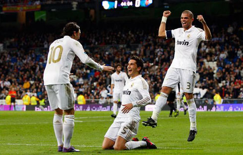Nogometni transferi - Page 2 Cristiano-ronaldo-409-nuri-sahin-on-his-knees-to-mesut-ozil-with-pepe-jumping-behind-real-madrid-2011-2012