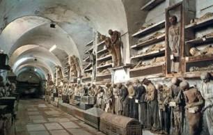 ماذا يفعل هؤلاء ...? يعلقون الموتى بمسامير على الحائط   Catacombe%20dei%20Cappuccini