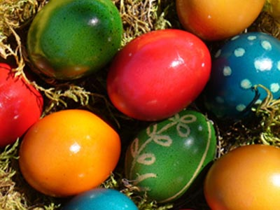 Среќни празници Red-yellow-blue-eggs