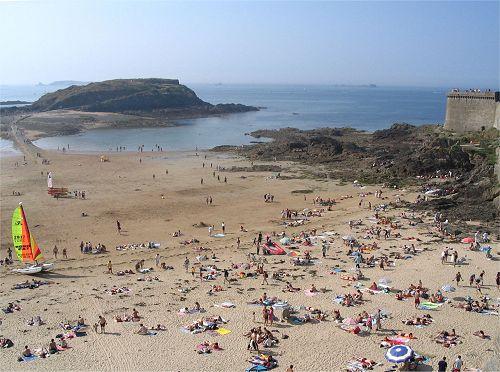Pour ou contre les vacances à la plage? Plage-saint-malo-1