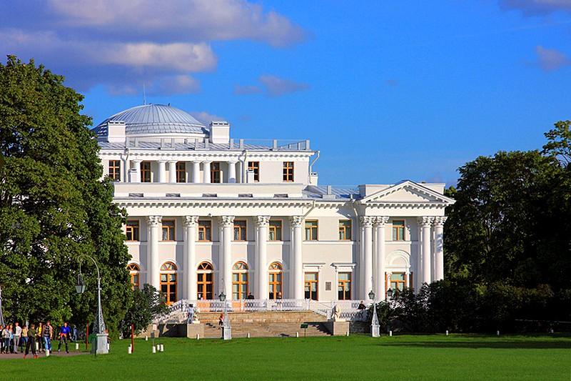 Rusija Western-facade-of-yelagin-palace-in-st-petersburg