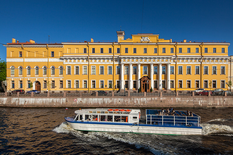 Rusija Tour-boat-in-front-yusupov-palace-on-the-moyka-river-embankment-in-st-petersburg