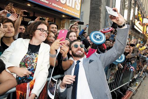 Captain America prend les selfies avec le Galaxy S6 Edge Galaxy-s6-edge-captain-america