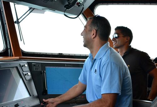 موسوعة الجيش اللبناني ( حصري )  - صفحة 2 LAF-Navy-CAPT-Rjeily-Conns-Ship-into-Tampa-Bay