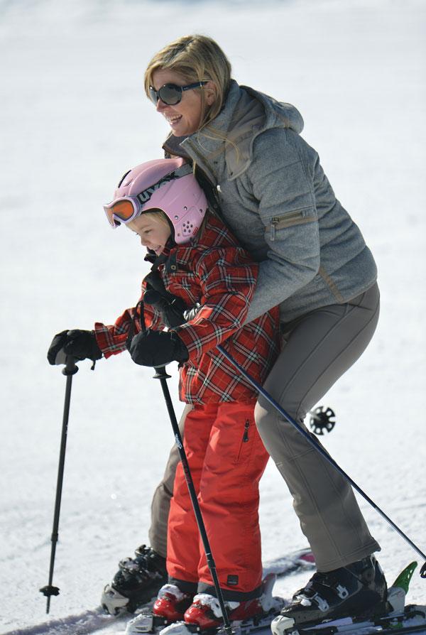 La reina Beatrix y su familia Maxima-esquiando-con-amalia