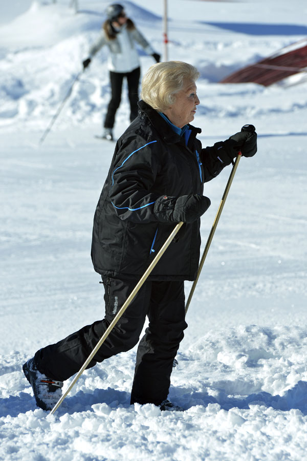 La reina Beatrix y su familia Reina-esquiando
