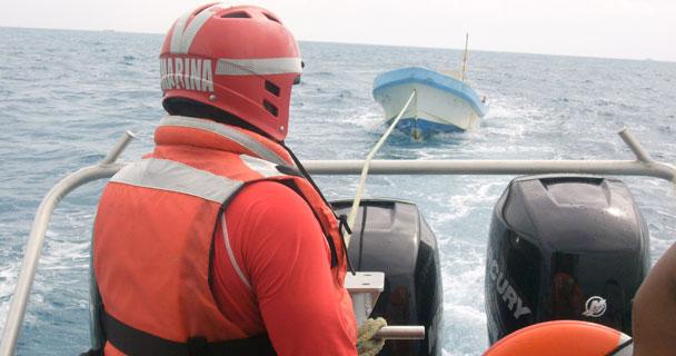 Rescata Armada de México a 15 personas a la deriva en el Pacifico de Baja California. Foto_g