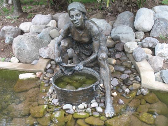 Où suis-je ? Martine 18/09/2015 trouvé par Ajonc - Page 2 Statue-at-pond