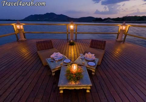..: تَم دعَوتكك لحضُور آلعشششآء ! 3> 2009712114342_Romantic_Candle_Lit_Dinner_on_Lake_Pichola_with_Fireworks6