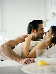 COORDINANDO LA ULTIMA PALABRA - Página 3 Besos_de_pareja_en_la_cama