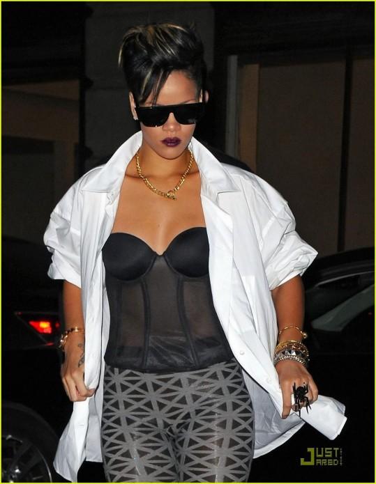 Rihanna s pregrešno drago torbico Novica-24427-178850-glav