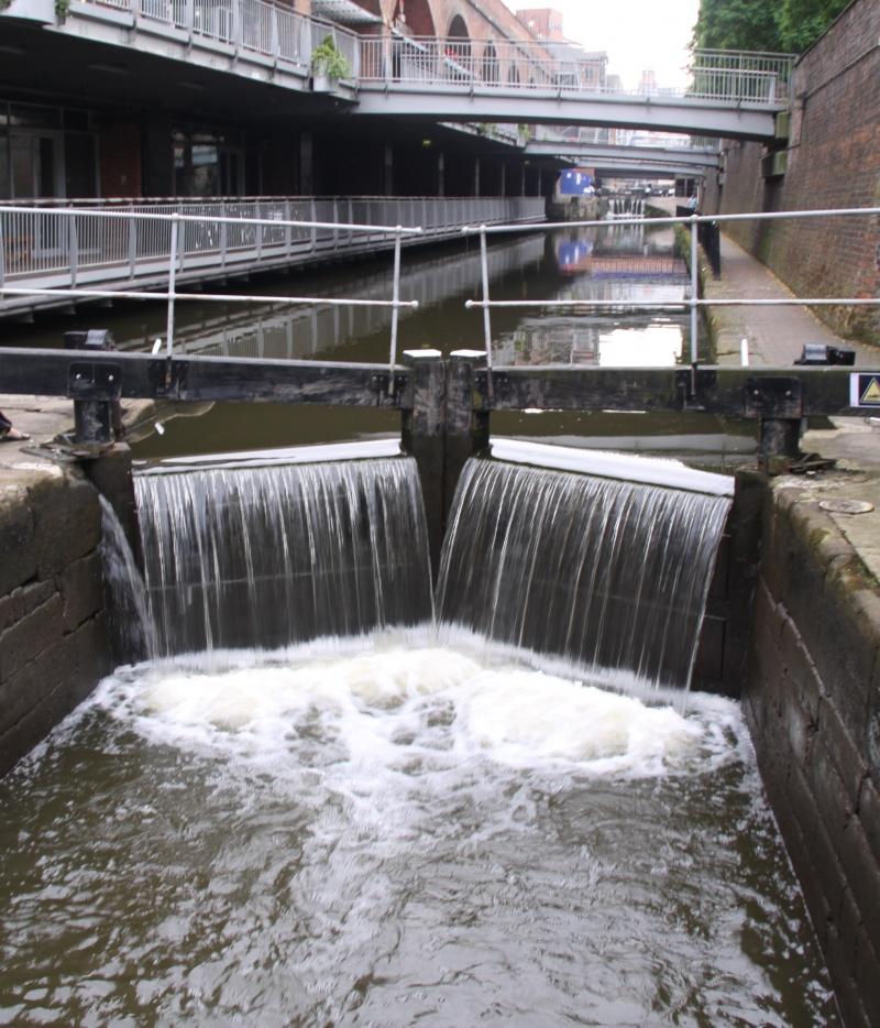 Kratki kurs o ustavama na engleskim kanalima 17-voda-se-preliva-cez-v