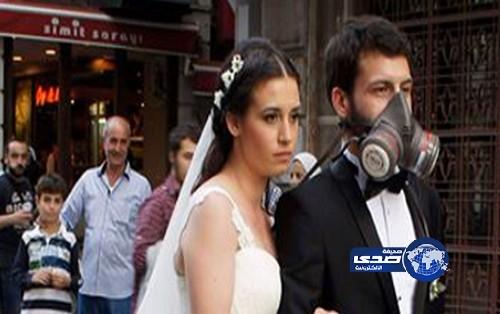 صور وفيديو زفاف عروسان في أسطنبول بكمامات الغاز 2013  2013-06-03_202342