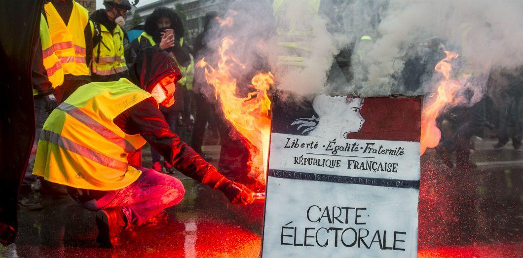 LES LUTTES EN FRANCE vers la restructuration politique (Gilets jaunes) : les débats continués 17 déc.- mars 2019 Gilets_jaunes_crise_regime_v_republique