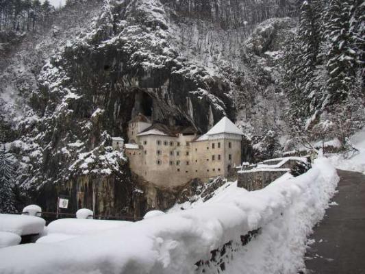 Dvorci koje verovatno nikada nećete posedovati - Page 2 Predjamski-grad1