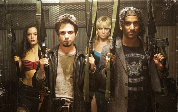 Critiques de films de zombies/contaminés Planet_terror_still