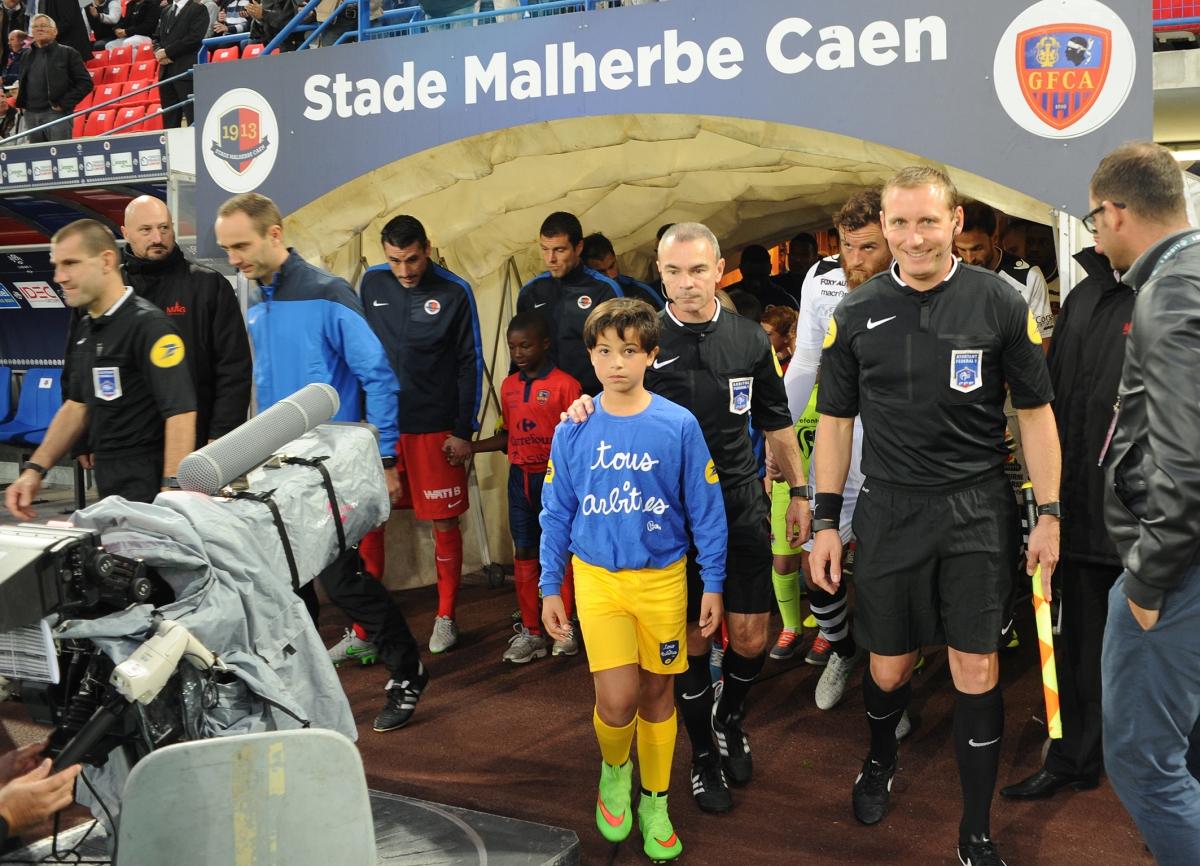 [19e journée de L1] SM Caen 0-3 Paris SG Entree_arbitres_1