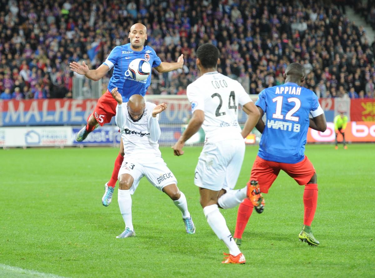 [13e journée de L1] SM Caen 2-1 EA Guingamp - Page 2 Yahia_briand_2