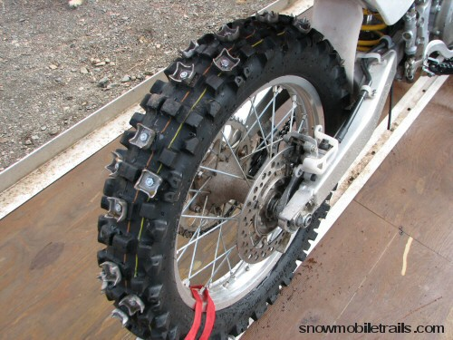 pneu clouté - Page 3 Dirtbike_rear_tire_studs